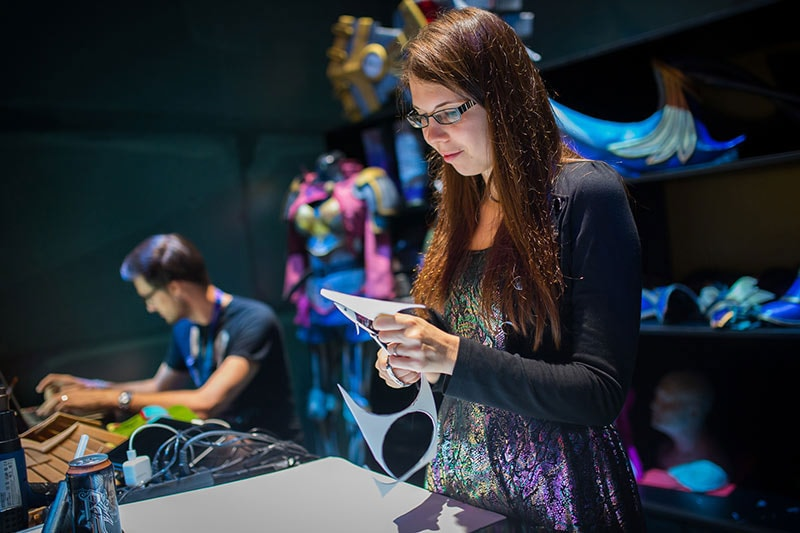 Kamui-Cosplay-Riot-Games-Gamescom-Booth-Live-Crafting